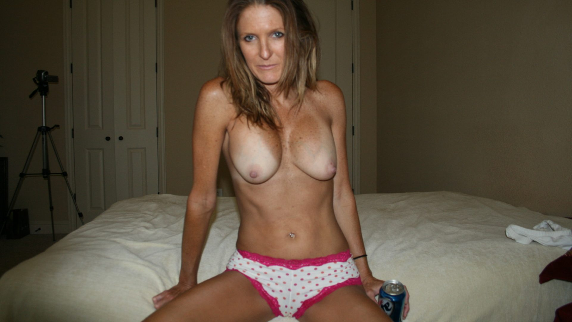 Mature mom shows off her nice tits naked. Nude lady without a bra exposes her breasts